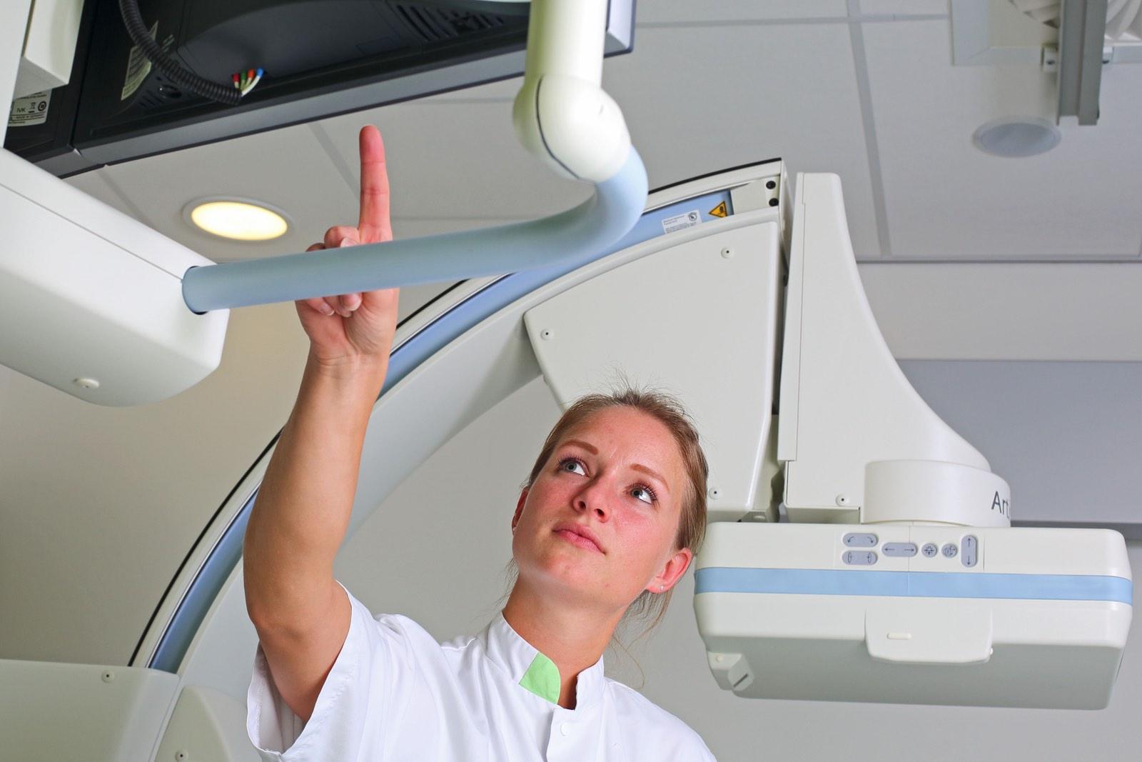 Verpleegster in ziekenhuis bij apparaat door Wilmar Dik