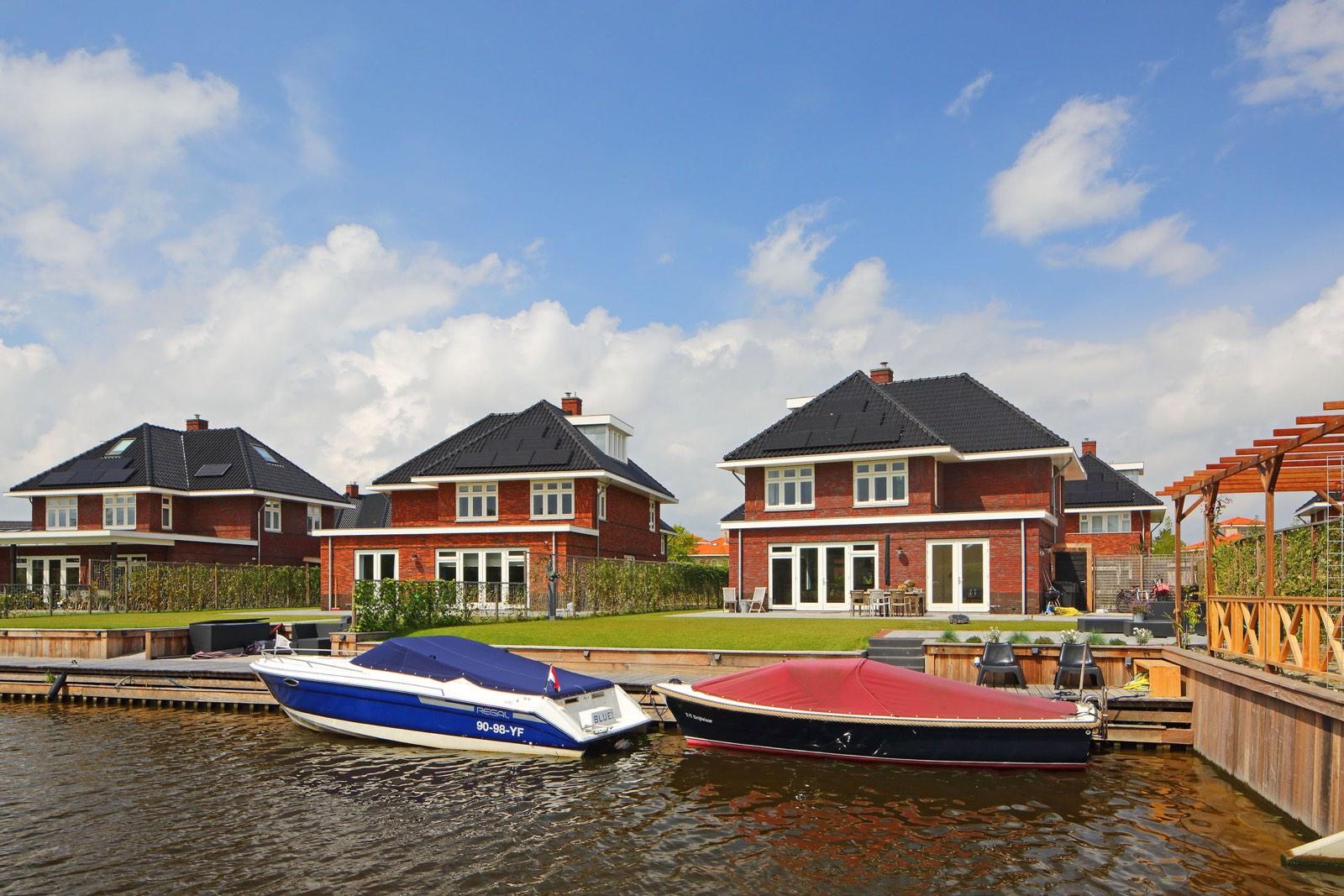 Dure nieuwbouwhuizen aan water door Wilmar Dik