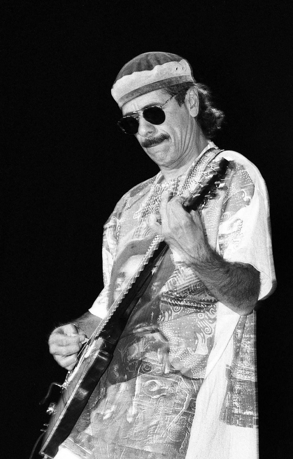 Carlos Santana met gitaar door Frans Davids