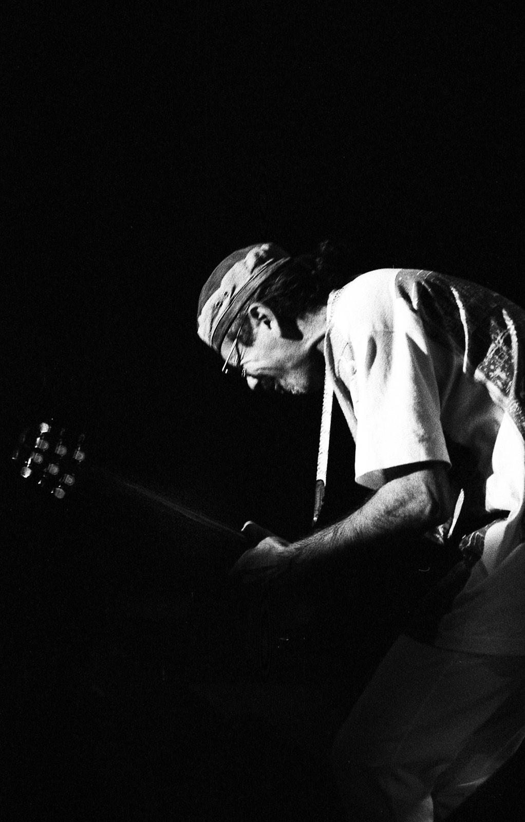 Carlos Santana met gitaar voorovergebogen door Frans Davids