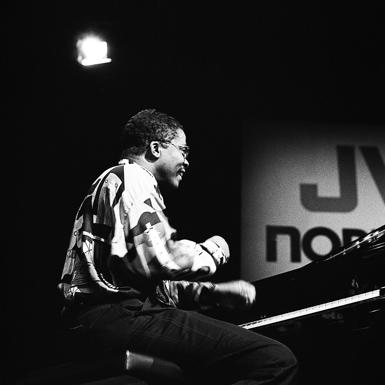 Herbie Hancock aan piano lachend door Frans Davids