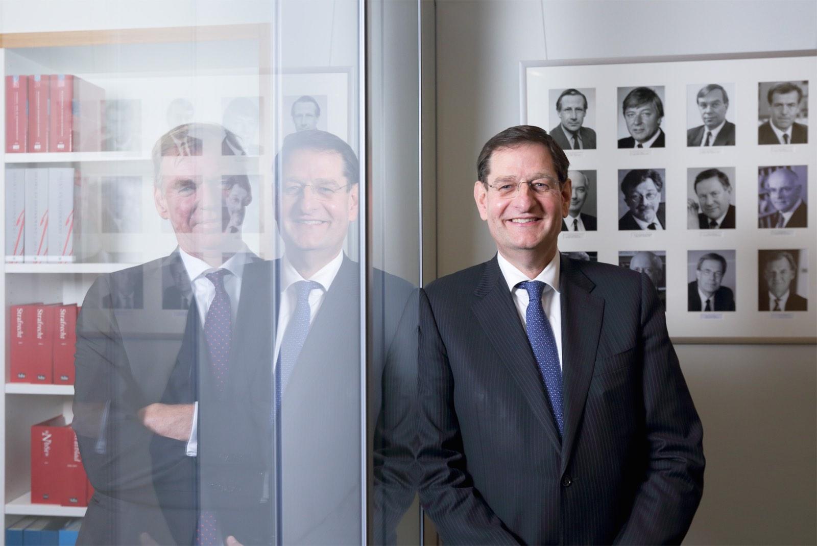 Portret algemeen deken orde van advocaten door Wilmar Dik