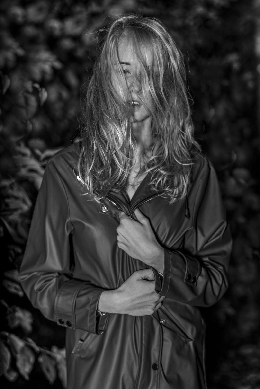 Foto van Mona Alikah van jonge vrouw in regenjas