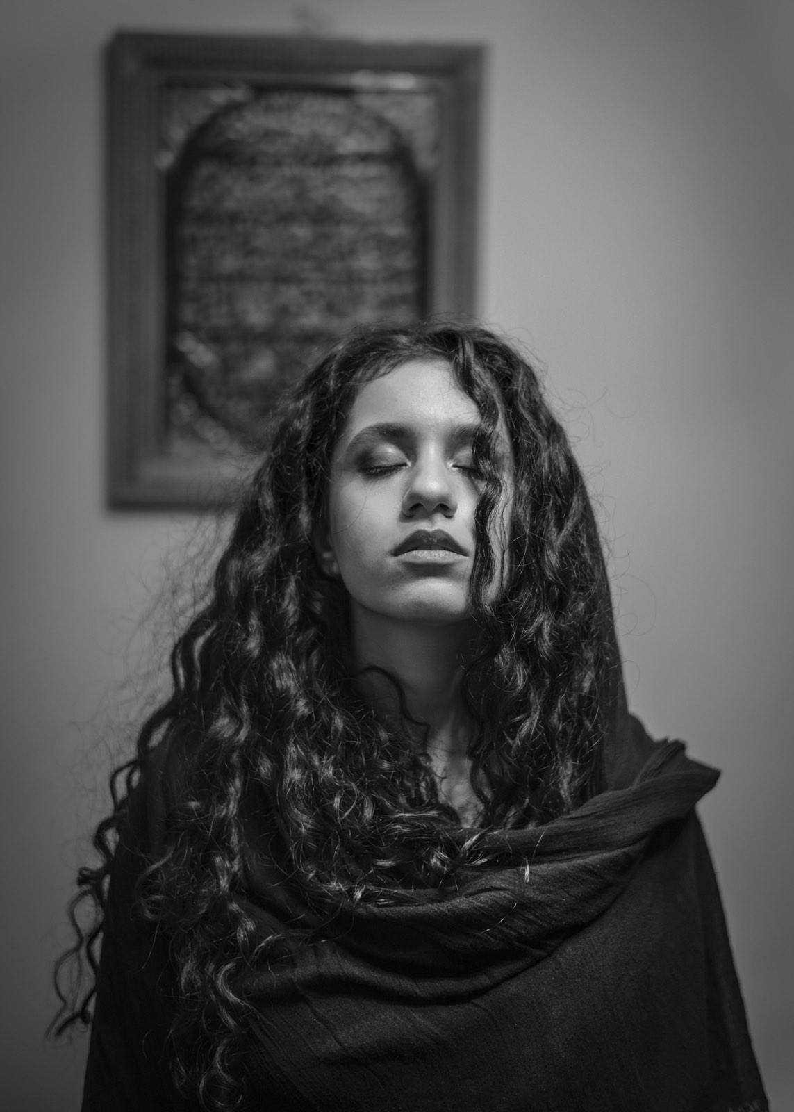 Foto van Mona Alikah van jonge vrouw met gesloten ogen