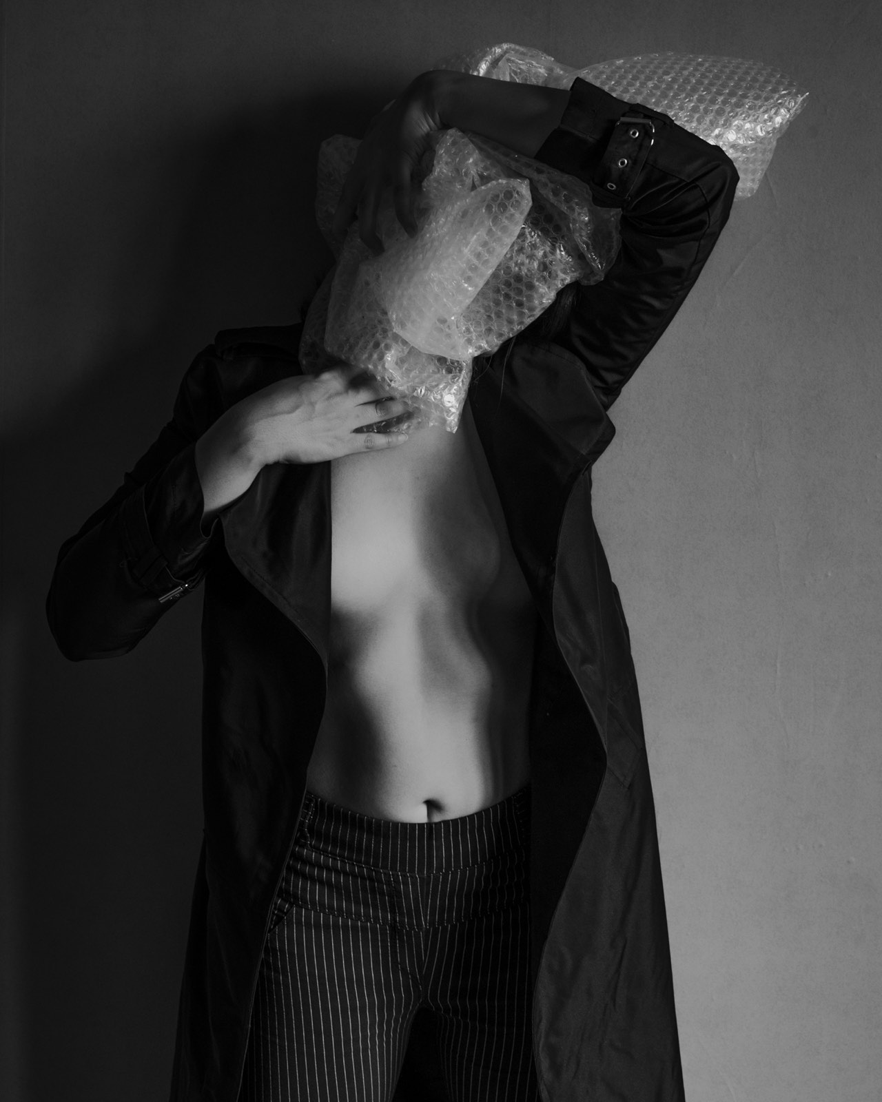 Foto van Mona Alikah van vrouw halfnaakt met plastic om hoofd