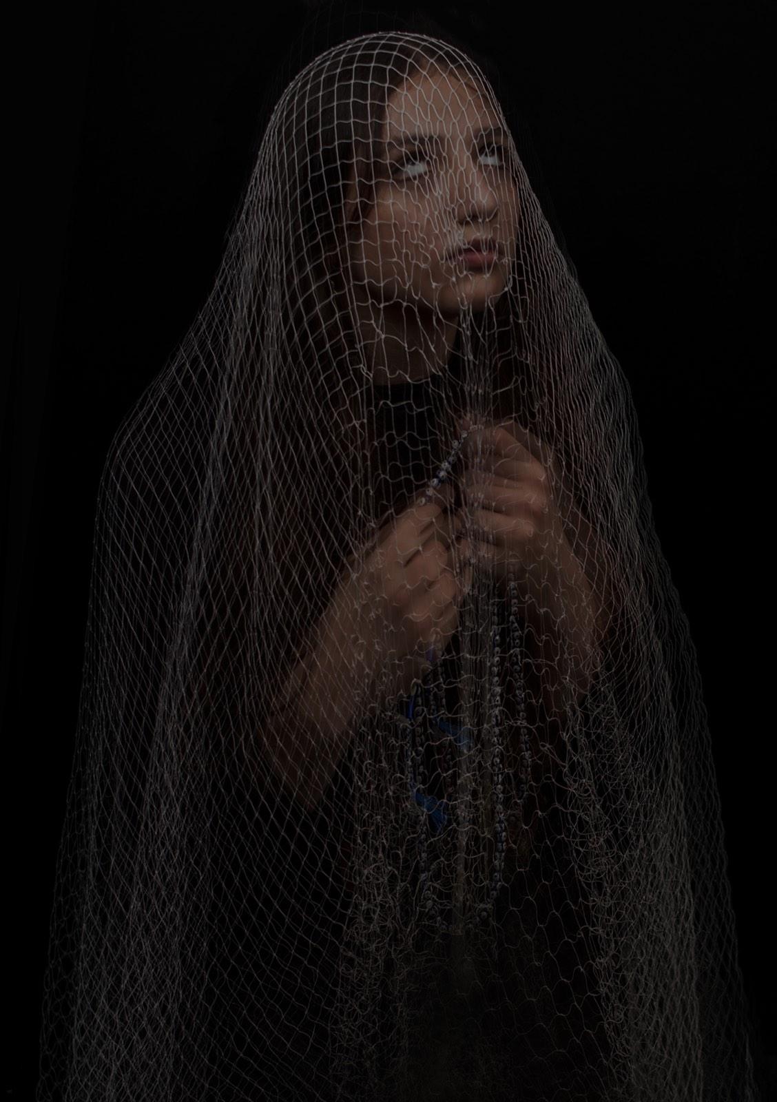 Foto van Mona Alikah van vrouw met hoofddoek biddend