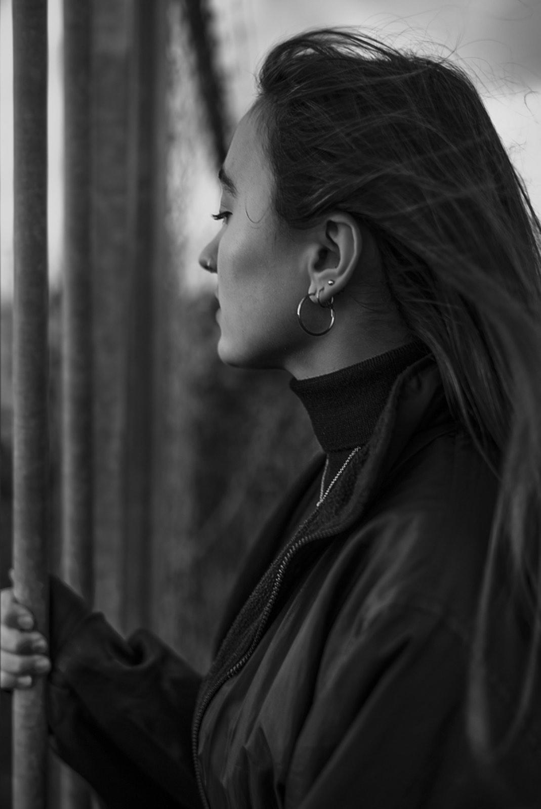 Portret van jonge vrouw van zijkant door Mona Alikah