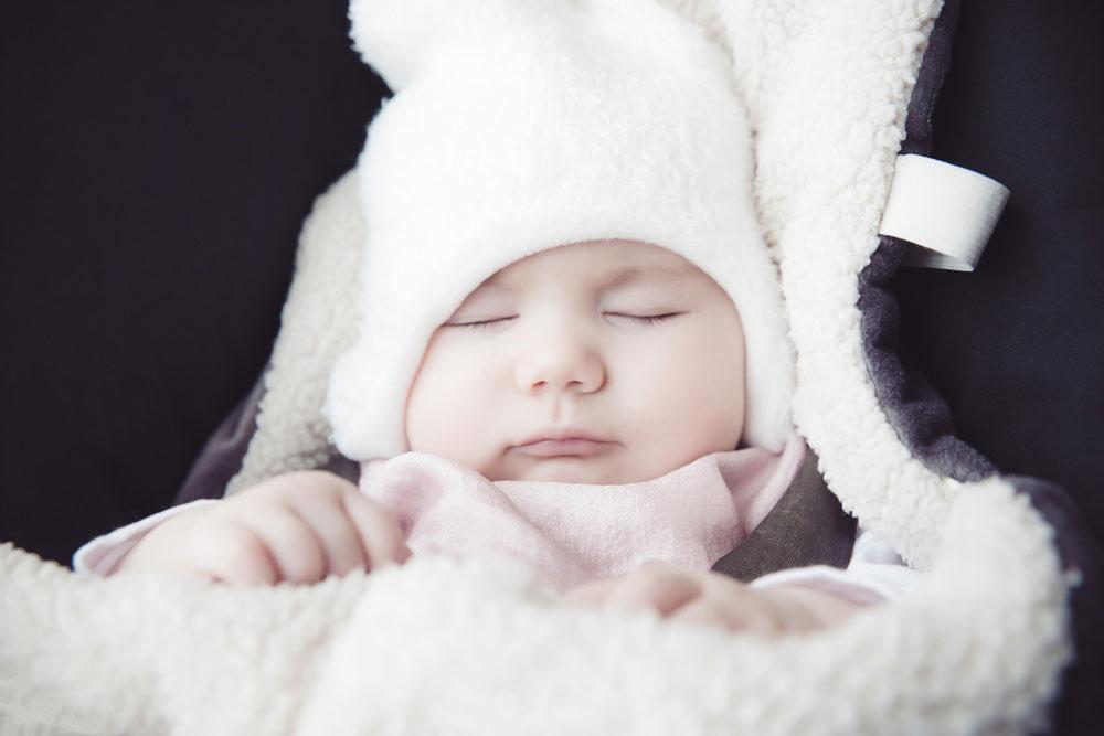 Bebeklerin uyku düzenlerini bir rutine bindirmek bazen oldukça zorlaşabilir. Özellikle de ilk kez annelik ve babalık sorumluluklarını deneyimleyen kişilerde çaresizlik hissettirebilir. Ancak bu durumda, bebeğinizin diğer ihtiyaçları gibi çözülebilir bir problemdir.