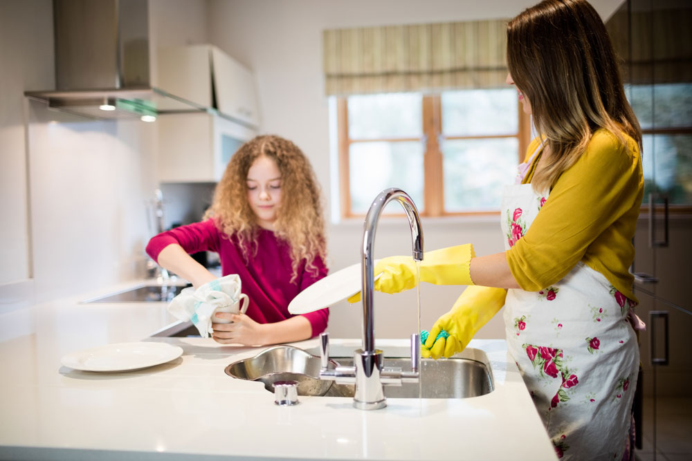 """Çocuklara ev işi öğretmek çocukların gelişim sürecini doğrudan etkiler. """"Çocuklara nasıl ev işi öğretebiliriz?"""" veya """"Çocuklar Niçin Ev işi Yapmalı"""" gibi sorulara cevap aradığımız makalede çocuk ve sorumluluk duygusunu inceledik."""