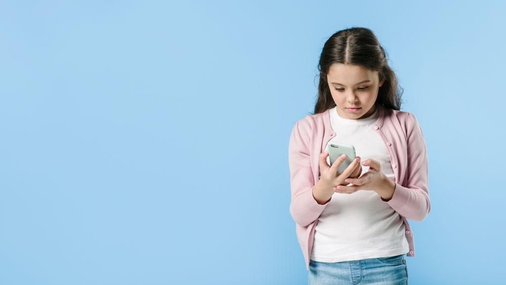 Sosyal medya tehlikeleri nelerdir? Çocuklarımızı sosyal medyanın olumsuz taraflarından nasıl koruruz? Çocukların sosyal medyada takip etmesi gerekenler ve etmemesi gerekenler...