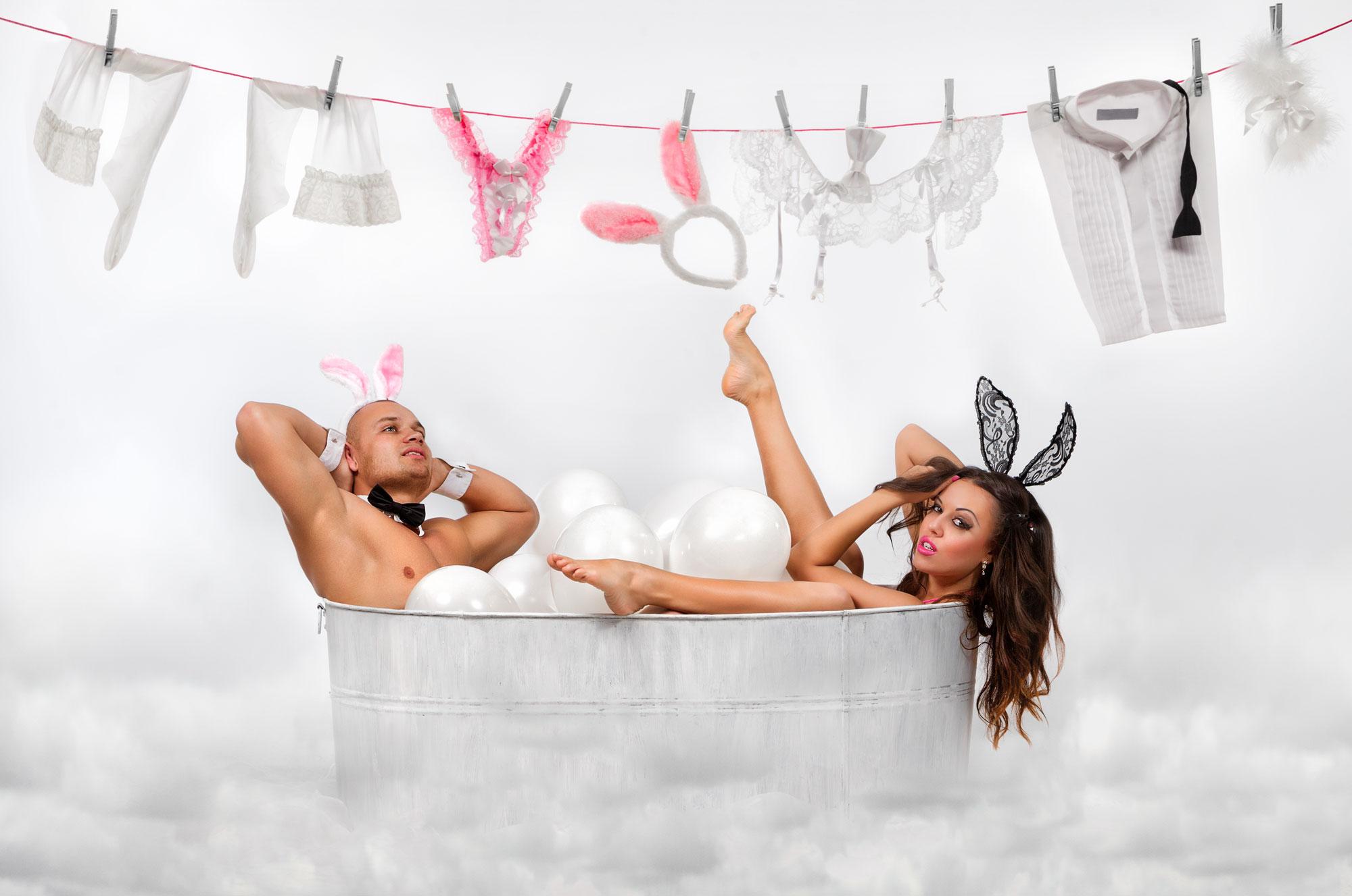 man en vrouw in bad met waslijn erboven met ondergoed