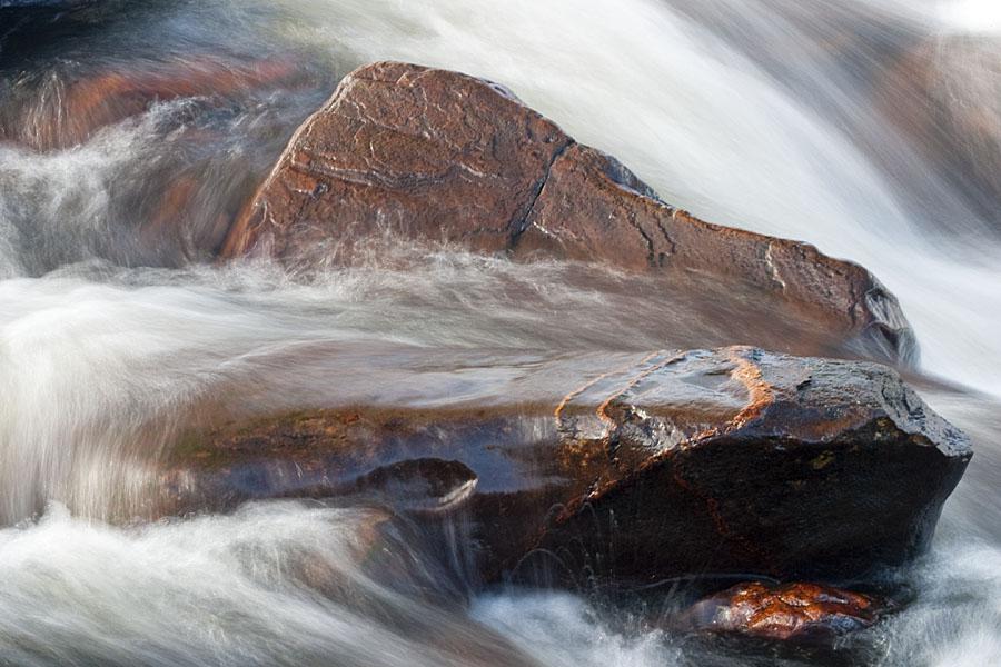foto van rotsen met water