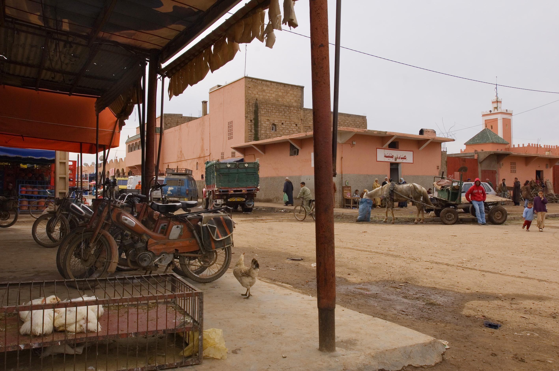 foto van straat Marokko met stuk stoep