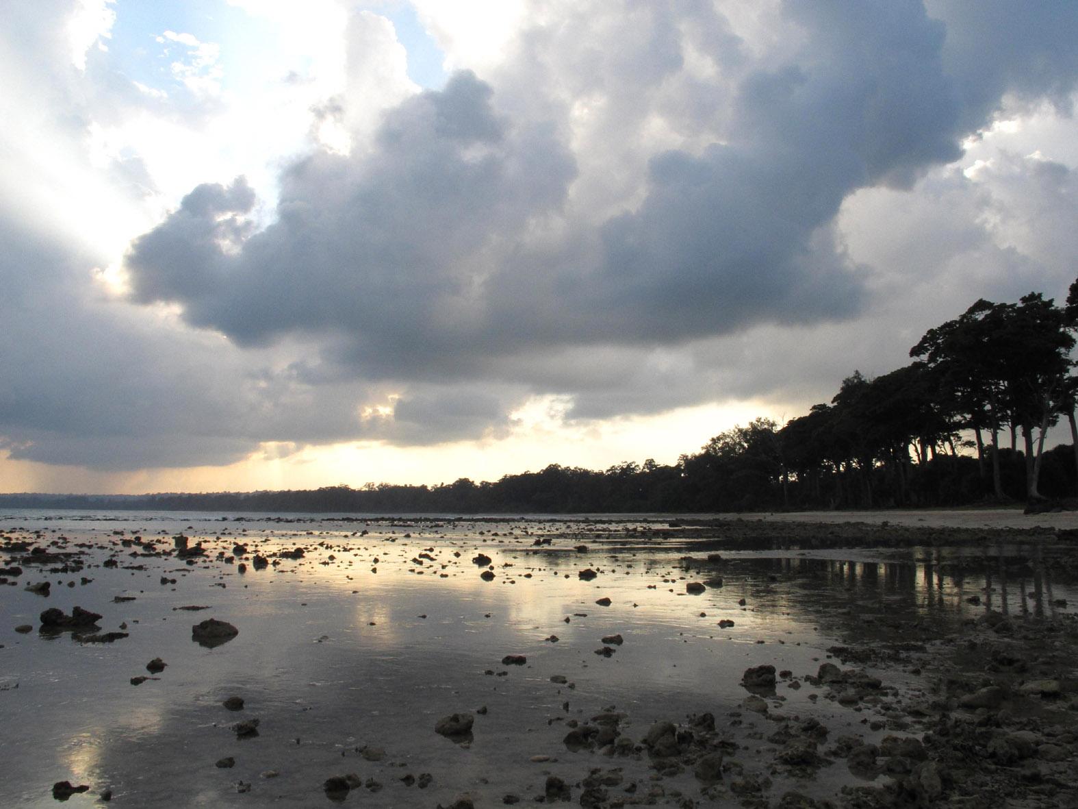 foto van een meer en wolkenlucht in de avondzon
