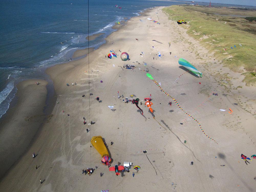 foto van bovenaf van strand en zee met grote vliegers