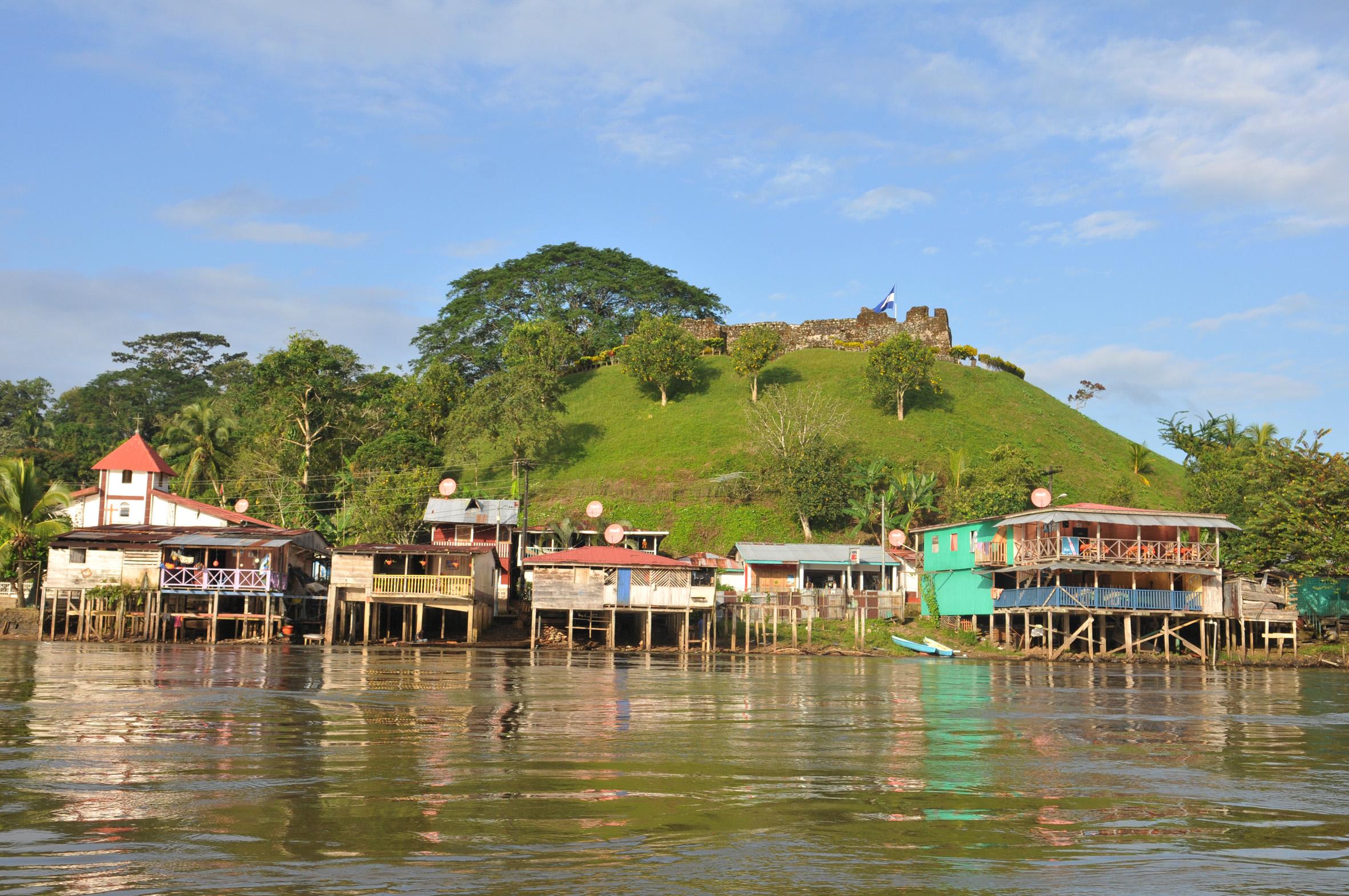 foto van een paar huizen in Nicaragua aan het water