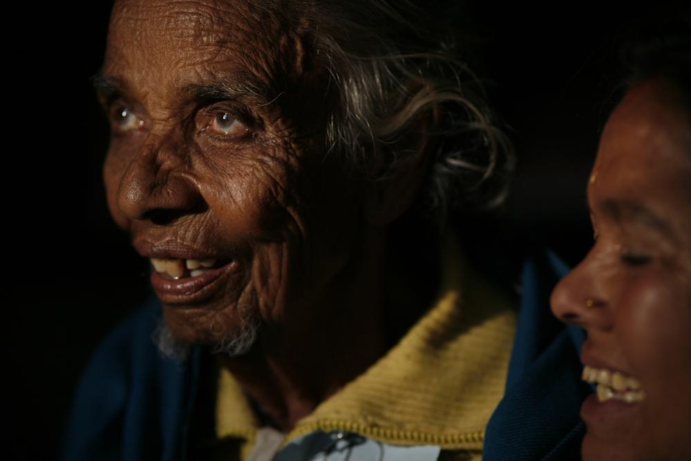 foto van twee oude mensen close, ze kijken niet in de camera