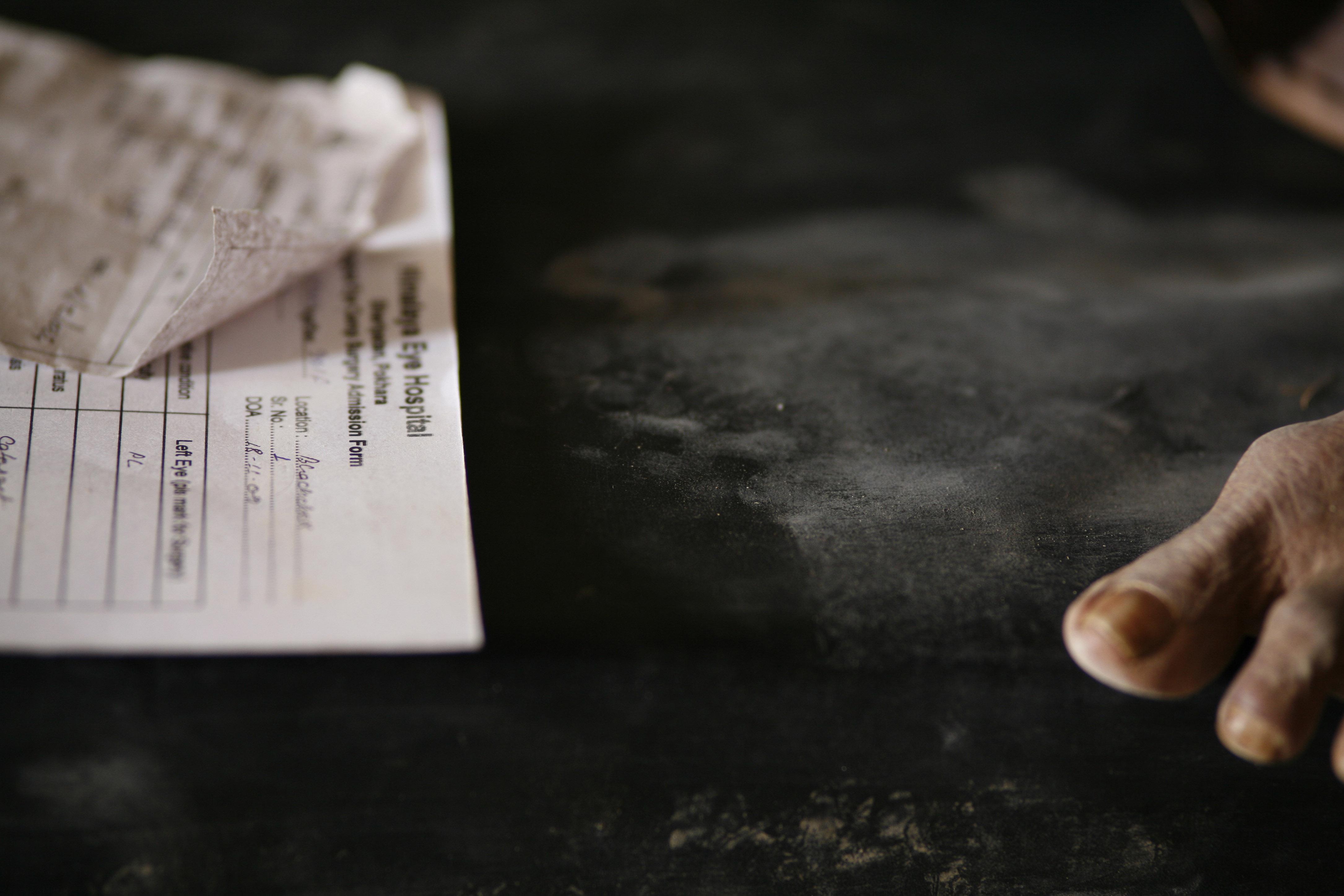 foto van een stuk voet rechts en links een papieren document