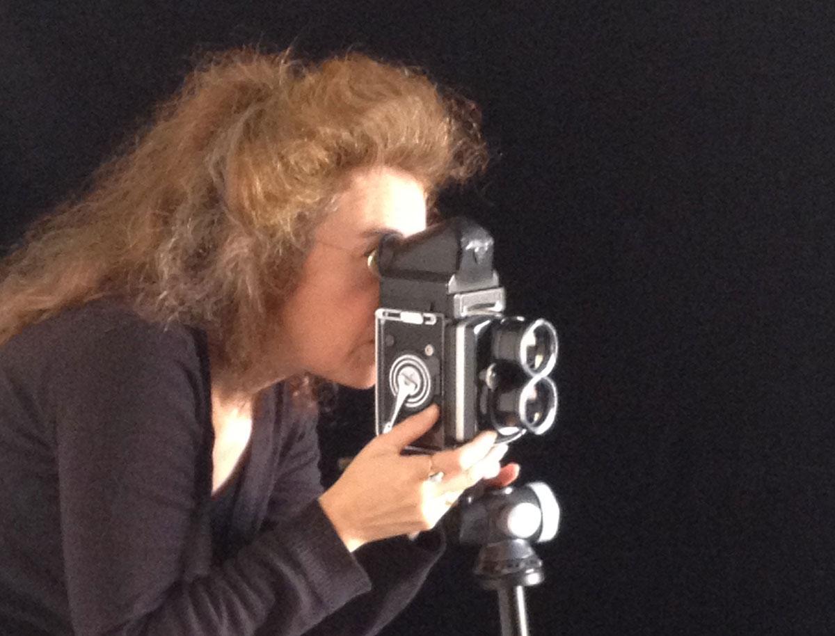 foto van carla van de puttelaar die een foto maakt met een rolleiflex camera