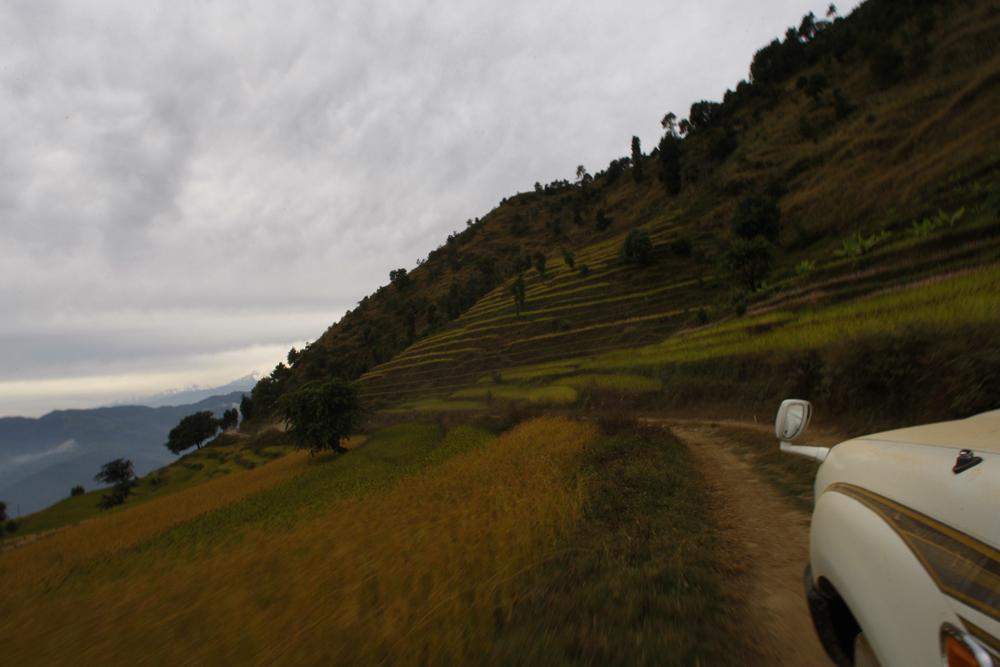 foto van de punt van een auto op een weg op een hoge heuvel