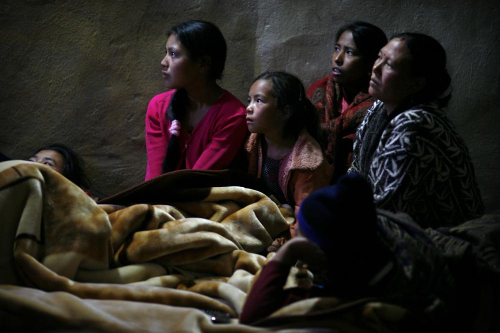 foto van een aantal vrouwen en een deken en van een bed