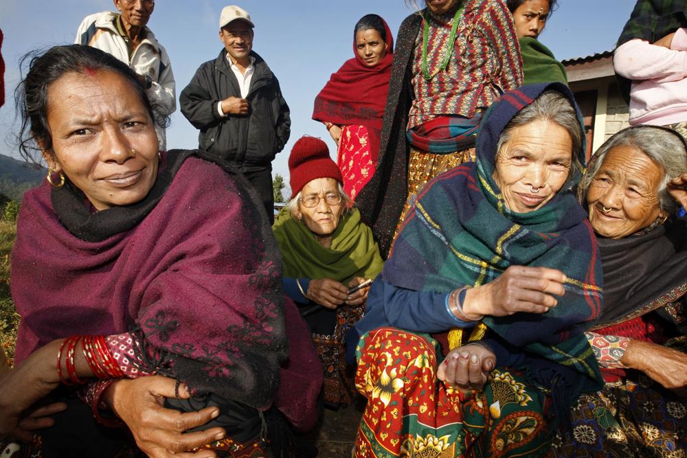 foto van Nepalese mensen hurkend en staand bij elkaar