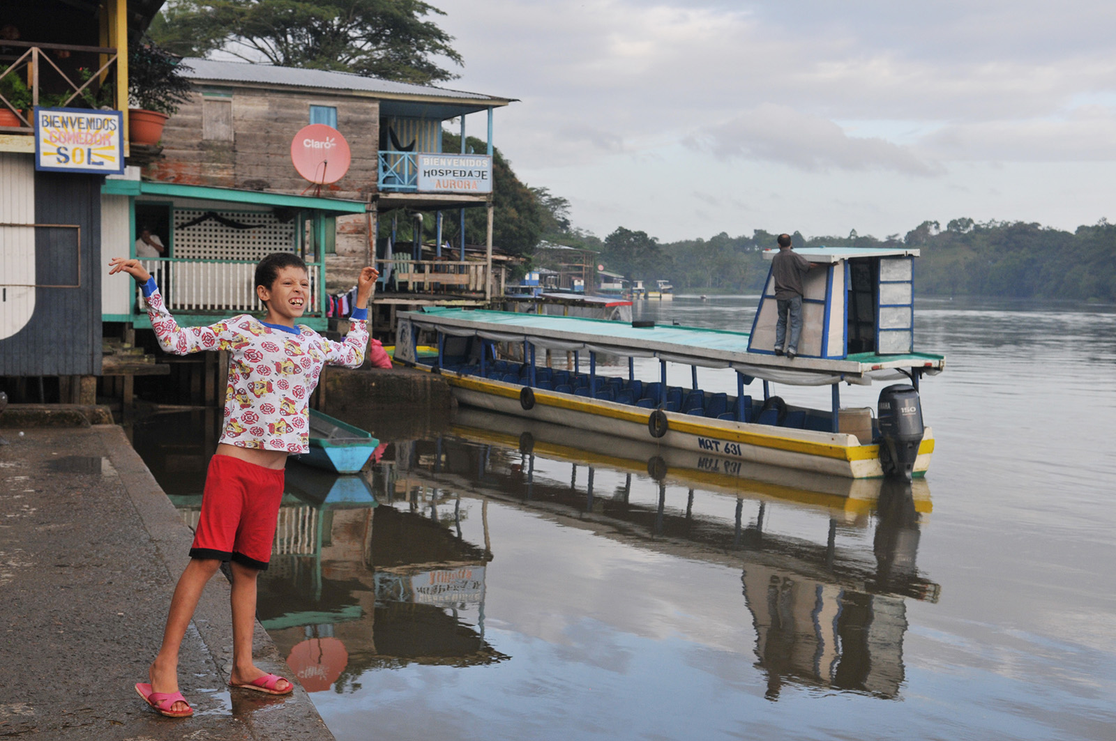 foto van een jongen aan de kade bij een pleziervaart bootje in Nicaragua