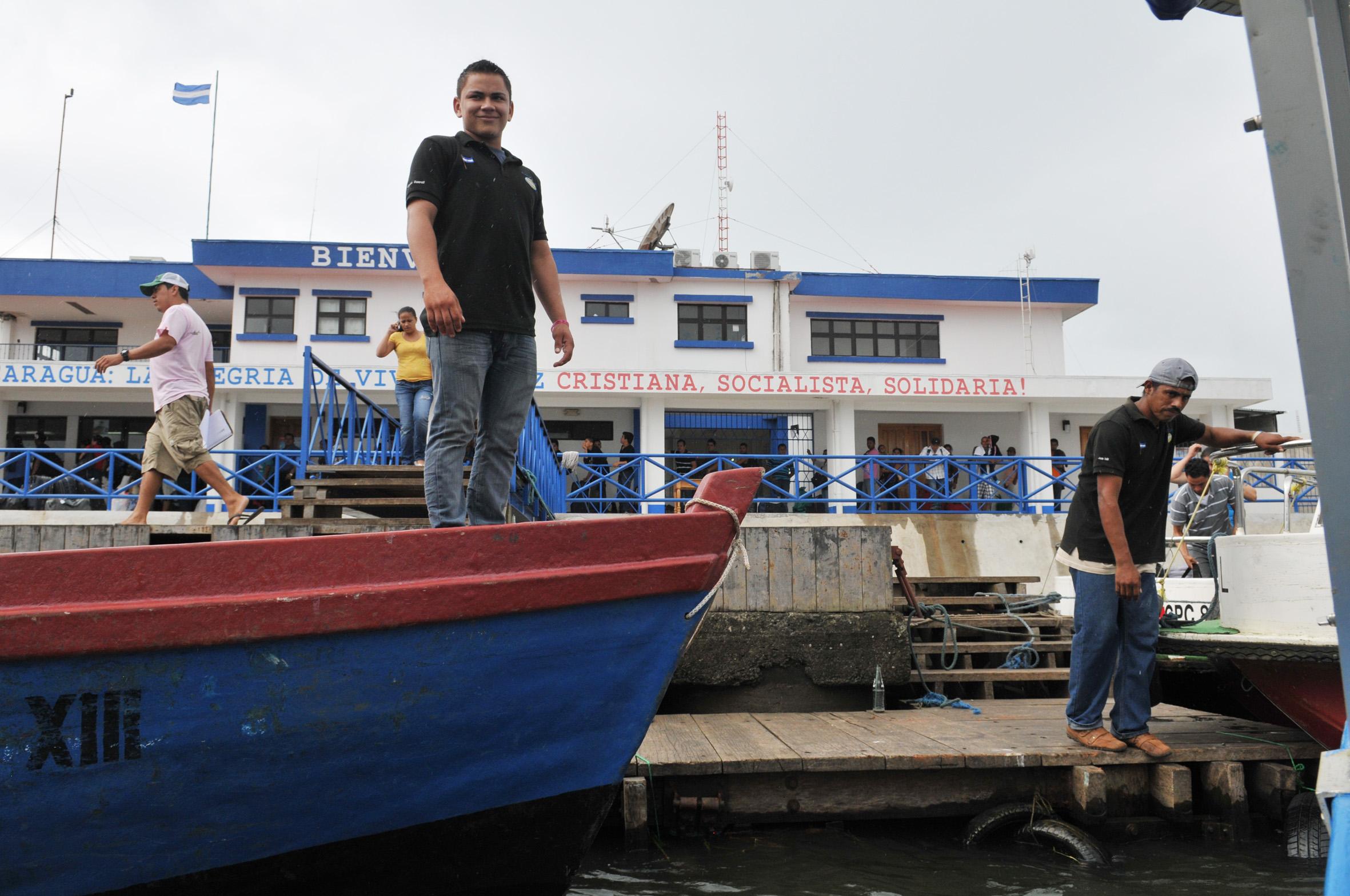 foto van een man op het dek van een boot en een andere man op de steiger ergens in Nicaragua