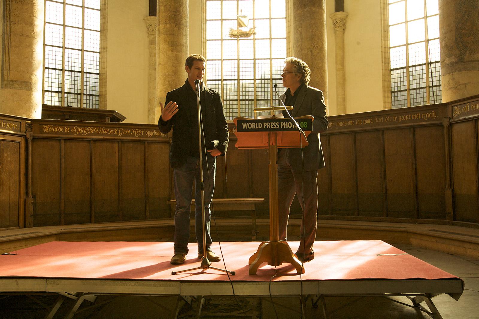 foto van Tim Hetherington aan het woord in de Oude Kerk in Amsterdam
