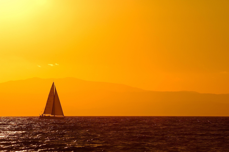 foto van een zeilschip op zee