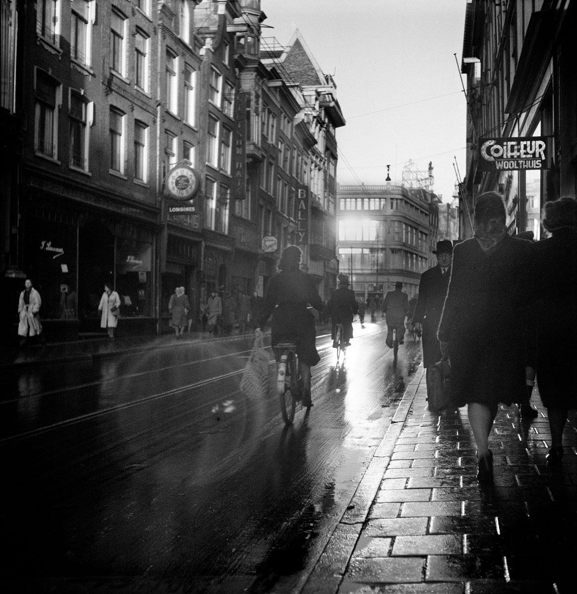 foto van Werner Bischof van de Leidsestraat in Amsterdam in 1945 met fietsers