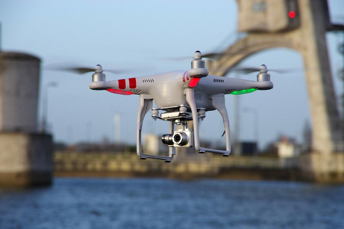 foto van een drone met vage achtergrond van water en kade