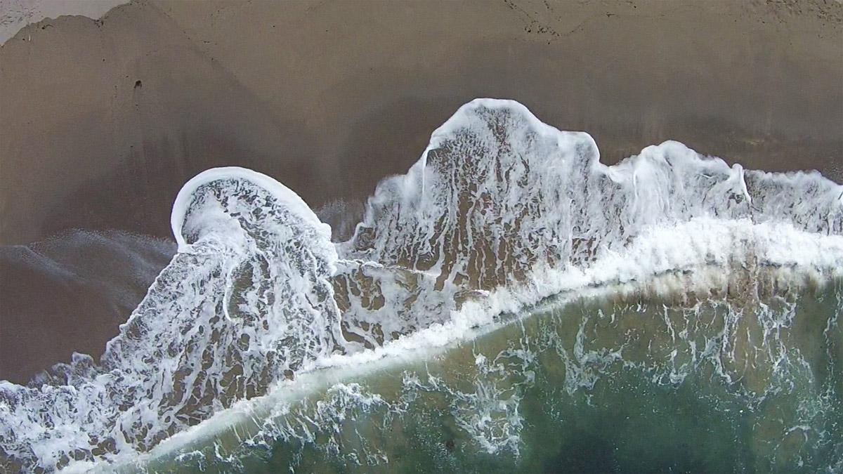 dronefoto van de branding van de zee