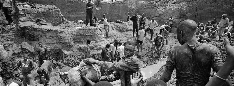 foto van arbeiders in Rwanda in de diamanthandel met scheppen en zakken op gebergte