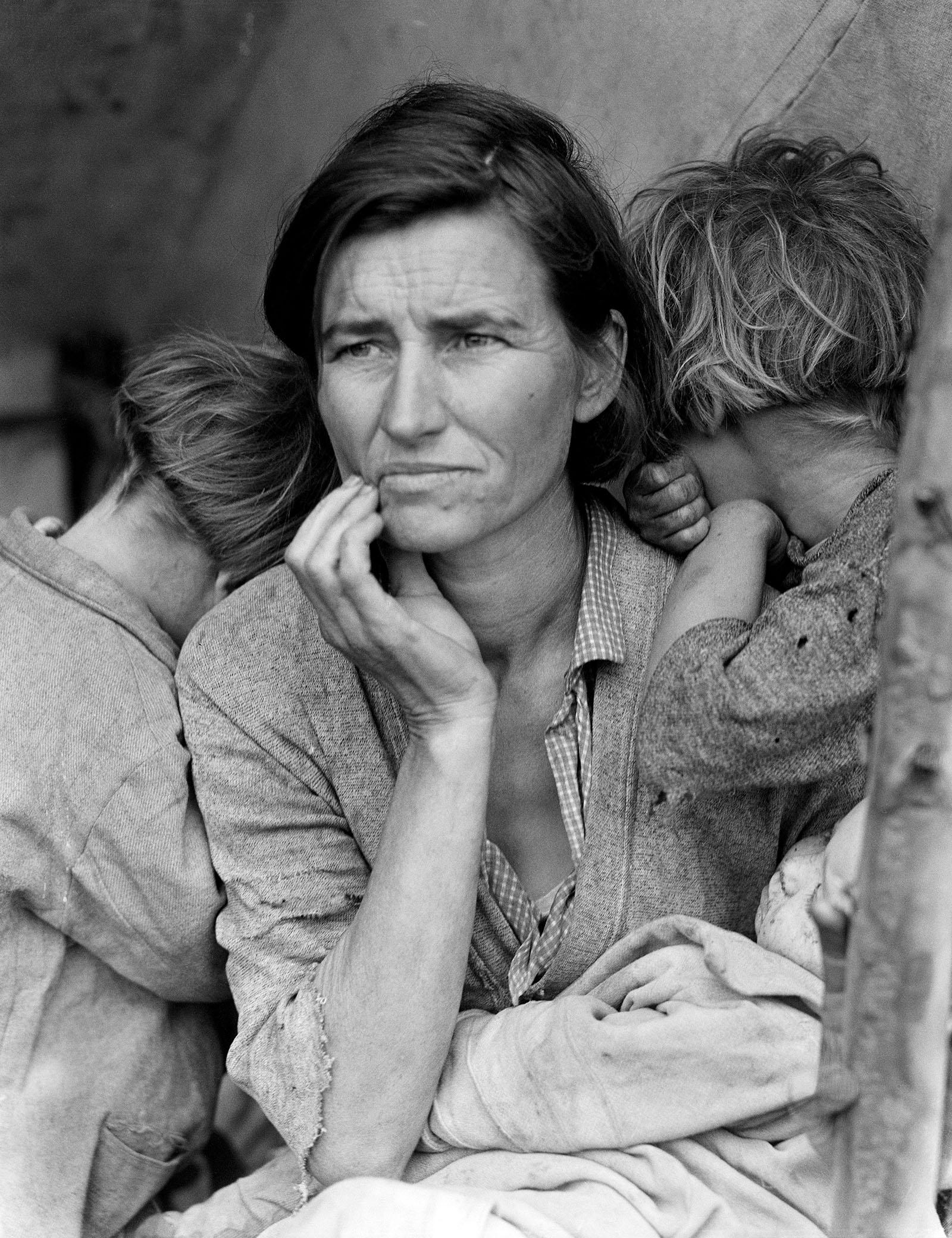 foto van Dorothea Lange getiteld Migrant Mother, waarop een moeder met twee kinderen en een baby in vodden tijdens de Grote Depressie van 1930