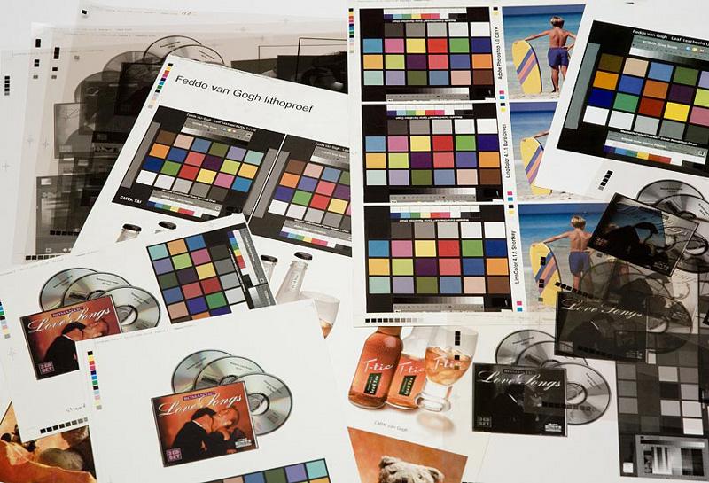 foto van een tafel met allerlei foto's en ook met kleurkaarten
