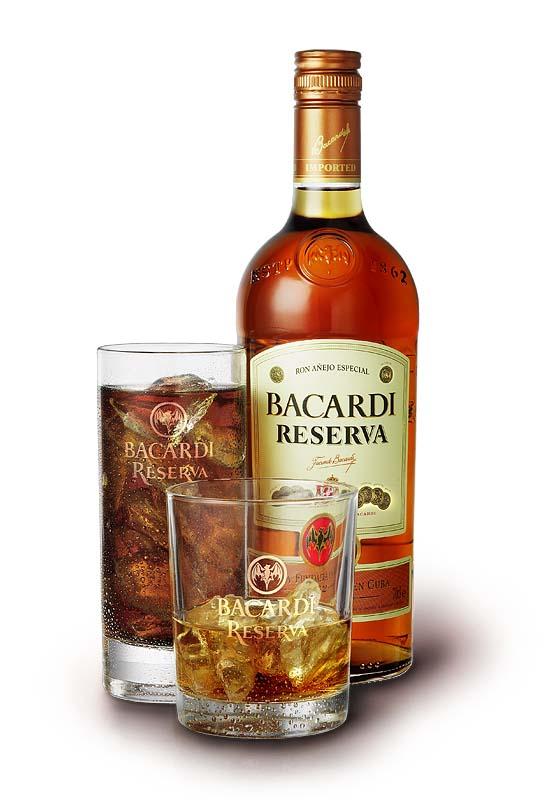foto van fles Bacardi reserva met twee maten glazen ernaast