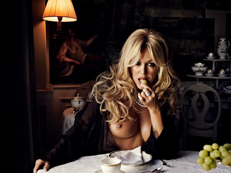 foto van halfnaakte Patricia Paay aan een ontbijttafel