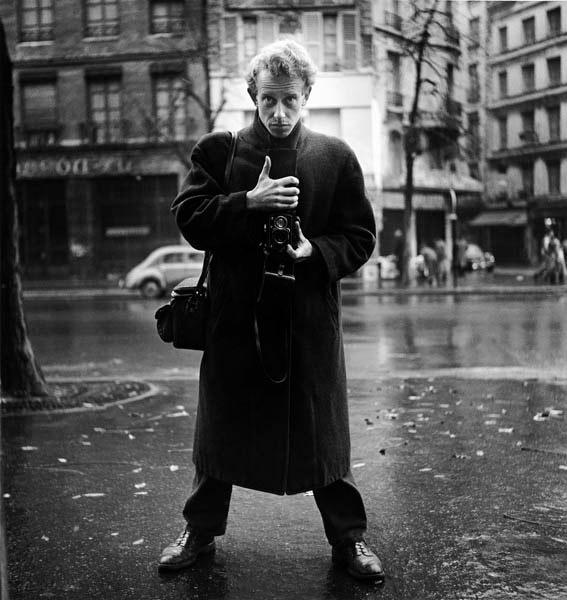zelfportret van Ed van der Elsken in Parijs op straat met camera