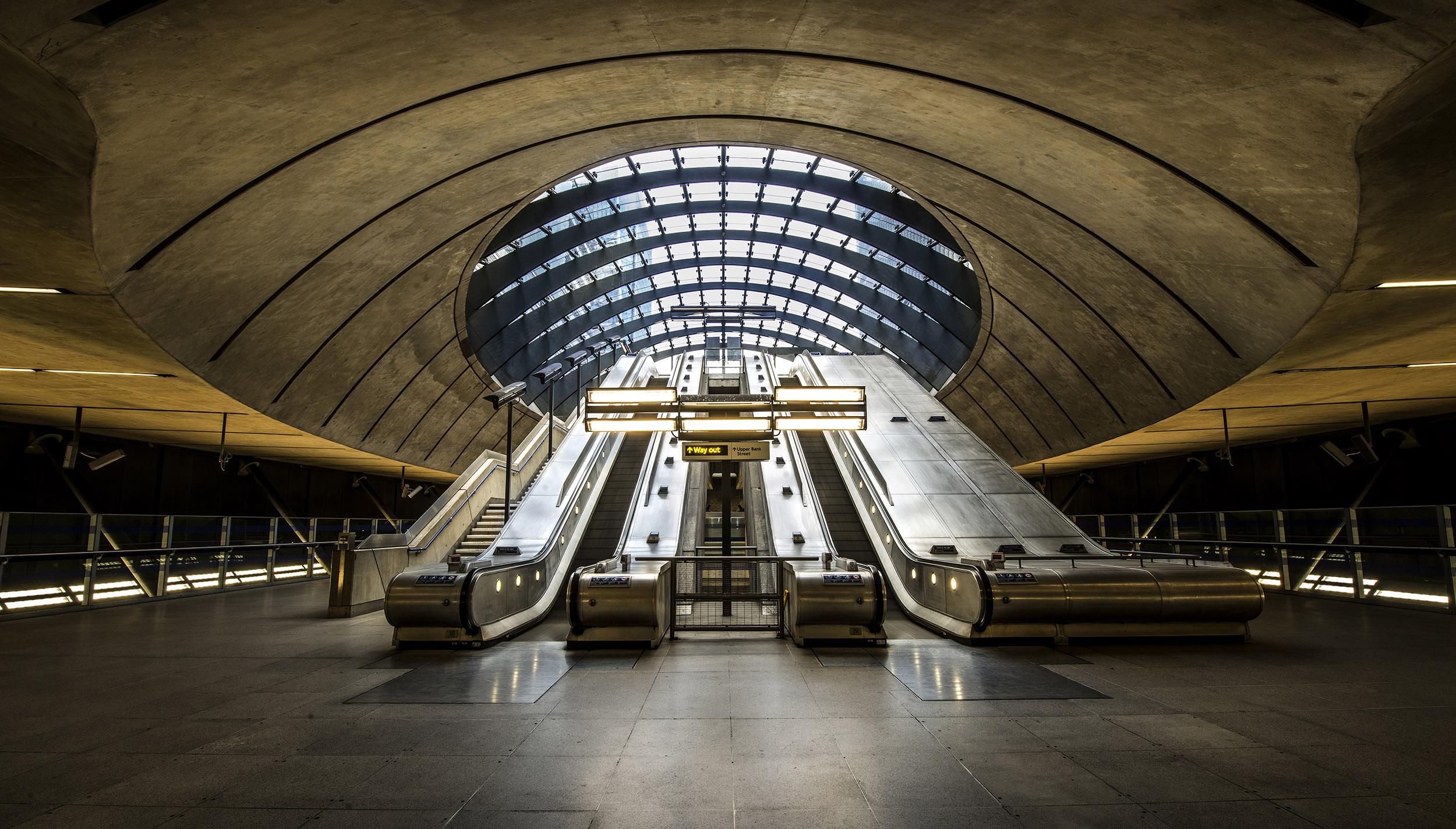 futuristische foto van roltrappen naar boven in een station