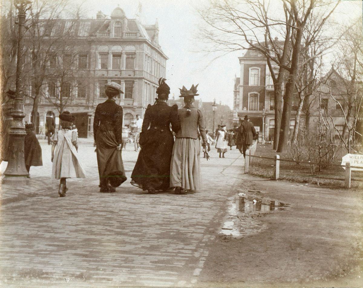 sepia foto van mensen op straat in Amsterdam rond 1900