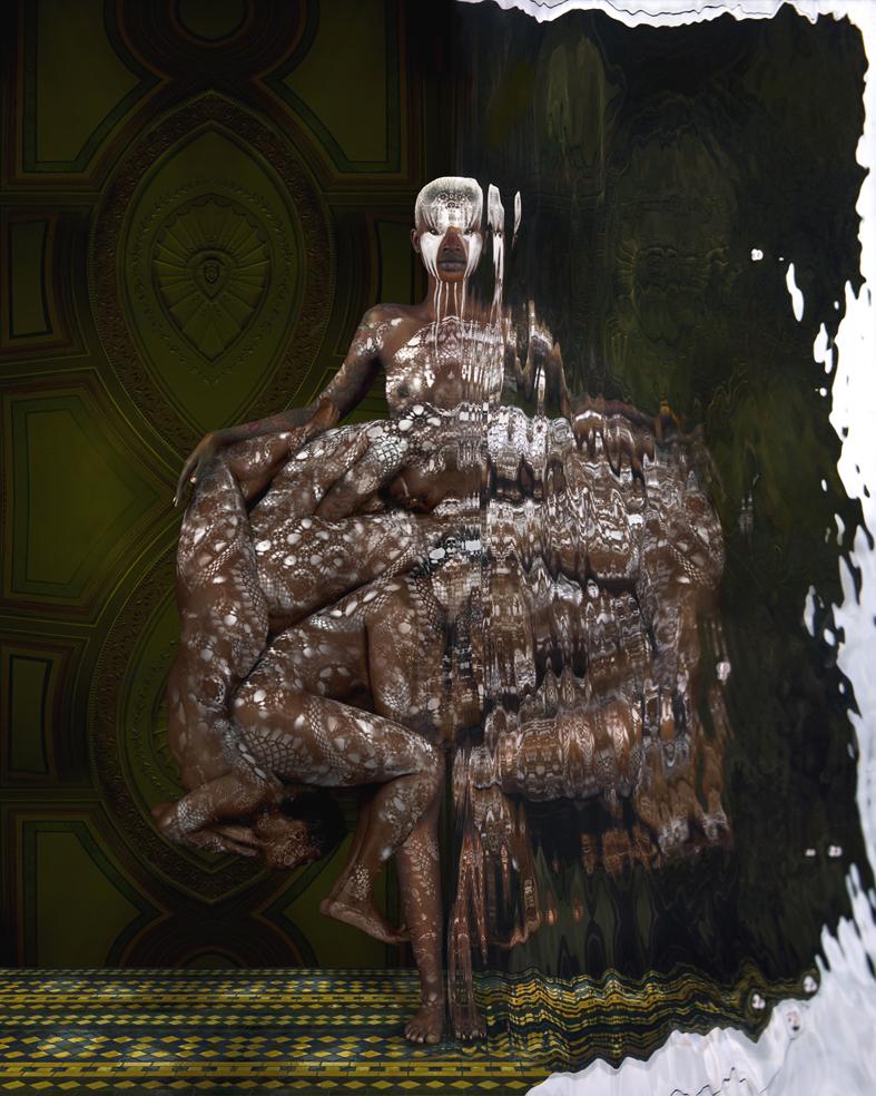 foto van Dindi van een vrouw met aan de zijkant van haar lichaam lichamen gedrapeerd