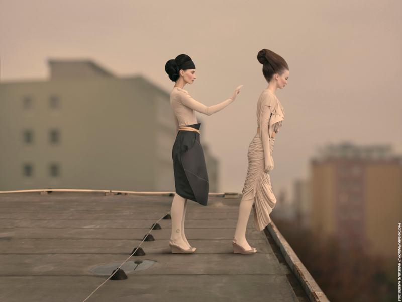foto: © Bara Prasilova, Czech Republic | Fashion/Beauty, vrouw duwt andere vrouw voorover bij rand van dak