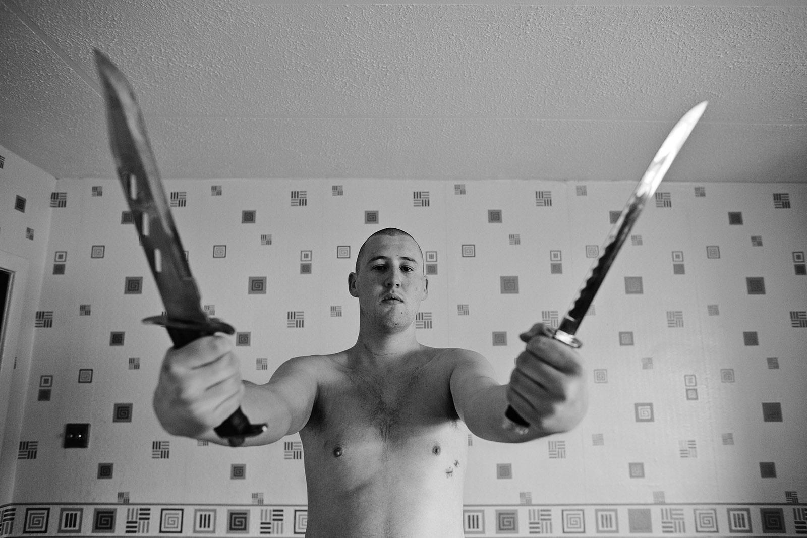 foto van man met twee messen in zijn handen als een soort kunstobject om geweld uit te beelden