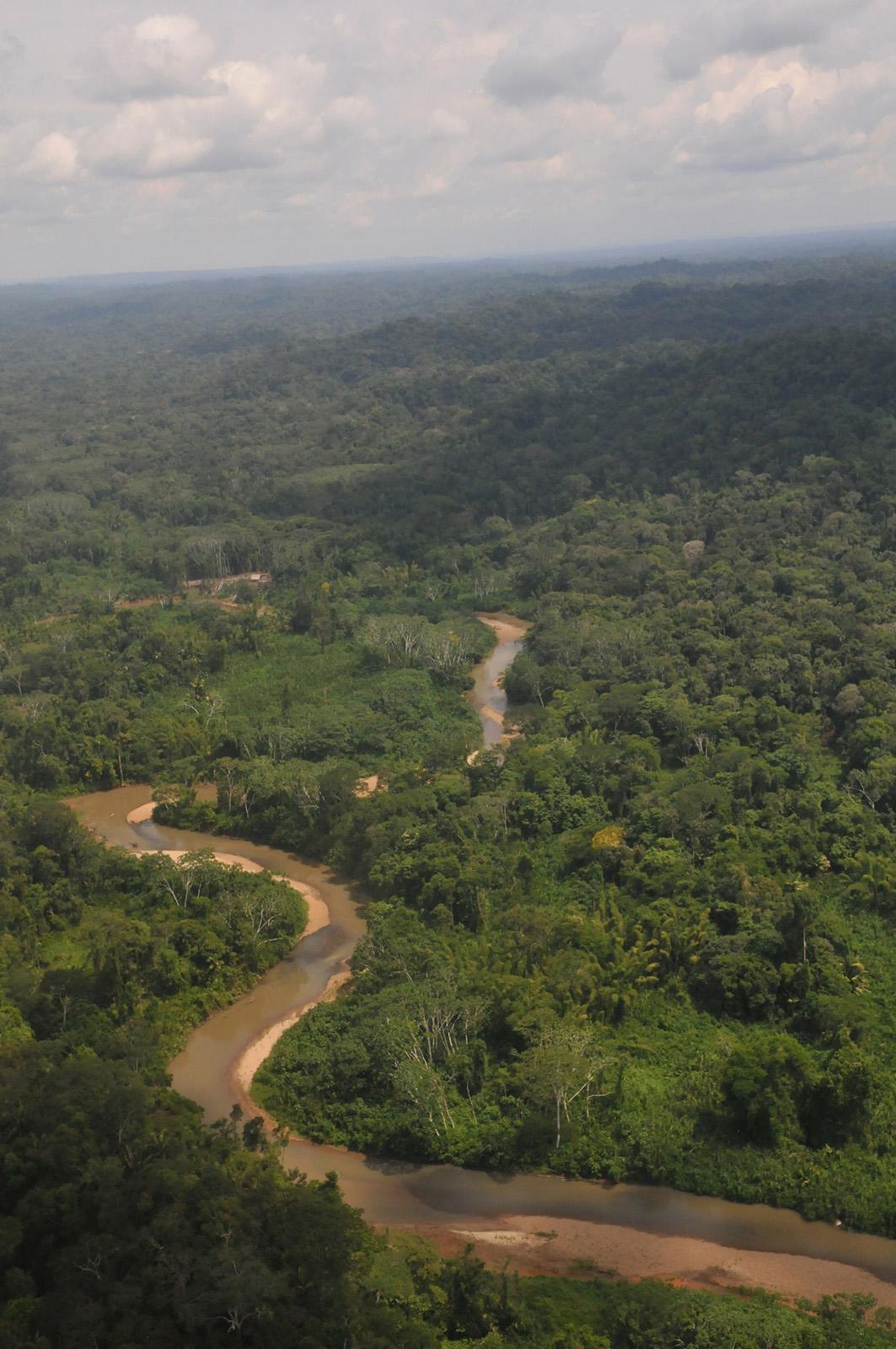foto vanaf een hoge heuvel met uitzicht naar beneden van een kronkelende rivier in Ecuador