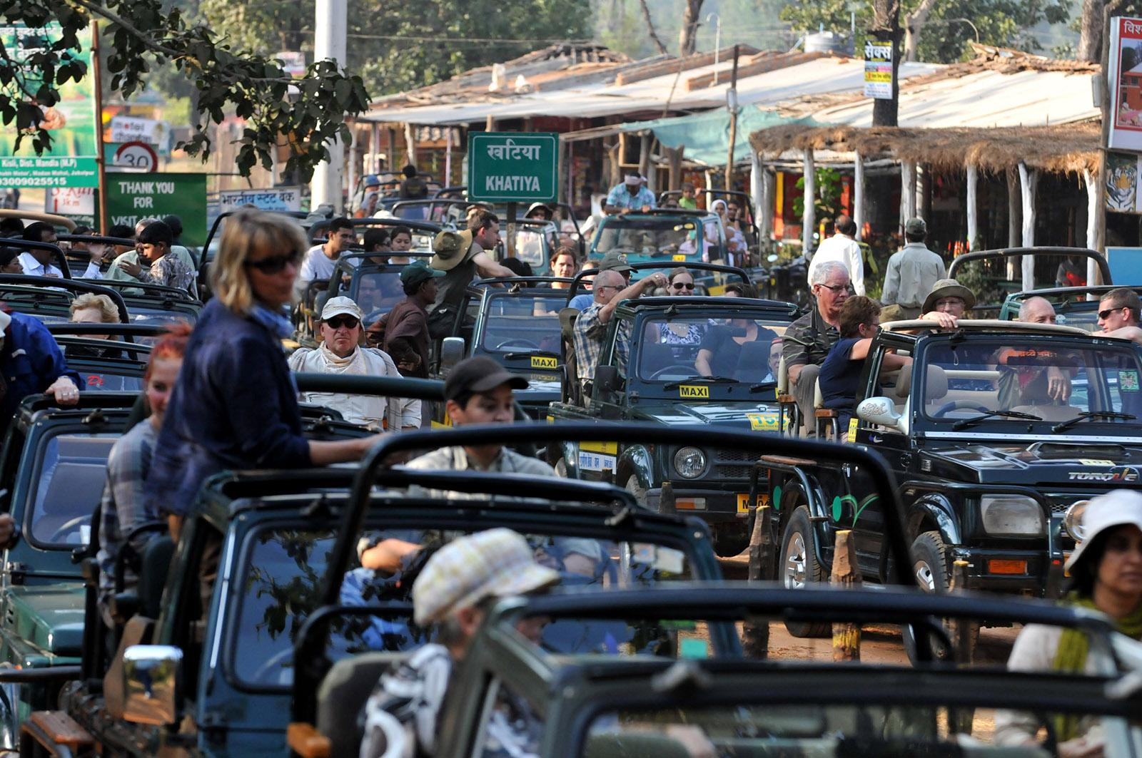 foto van tientallen jeeps met mensen erin in een straat