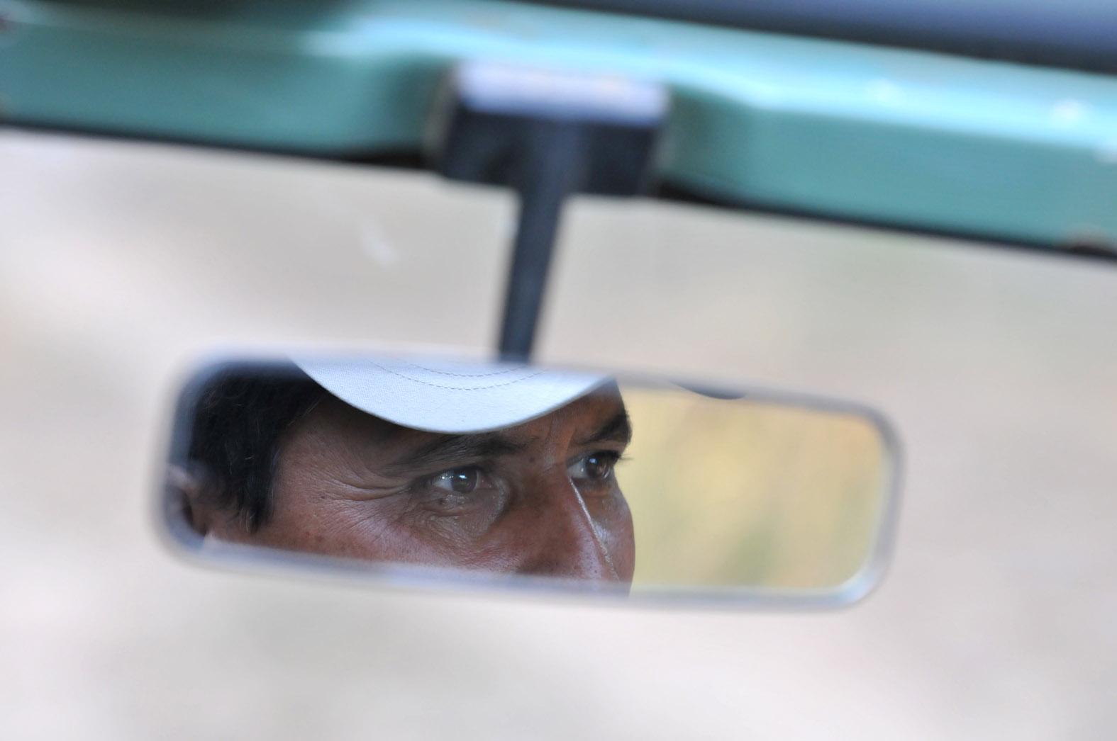 foto van gezicht in autospiegel