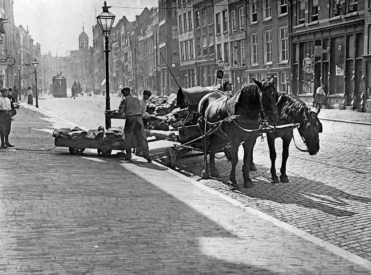foto uit 1908 in zwartwit van een man met paarden en kar op de Gedempte Botersloot in Rotterdam