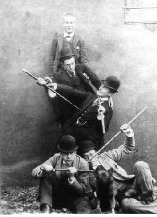 foto van Israël David Kiek (1811-1899) van 5 mannen die met wandelstokken poseren