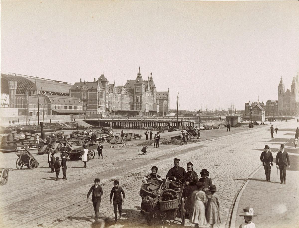 oude zwartwit foto van de Prins Hendrikkade in Amsterdam rond 1900